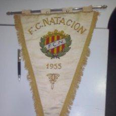 Coleccionismo deportivo: GRAN BANDERIN BORDADO SOBRE SEDA FEDERACION CATALANA DE NATACION AÑO 1955.BELLISIMO BORDADO. Lote 46499727