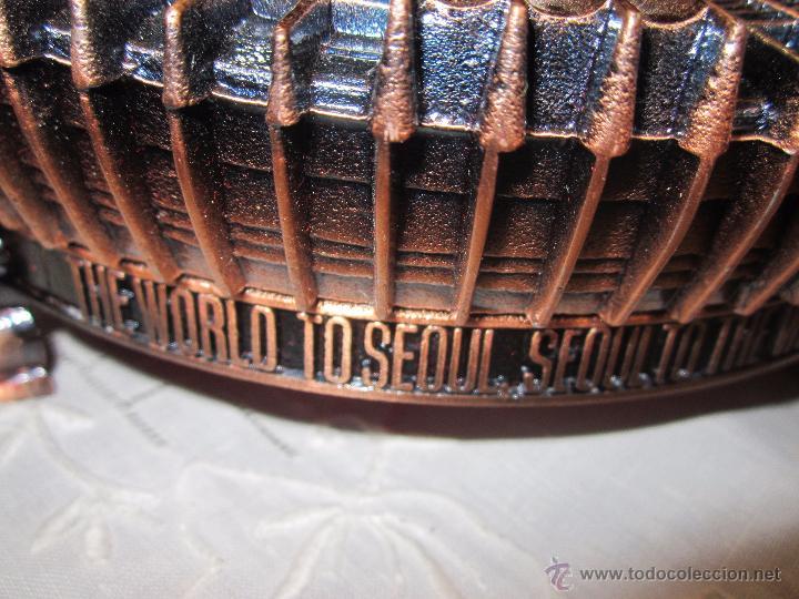 Coleccionismo deportivo: Rebajado Cenicero de bronce de las Olimpiadas Seul 1988. Gran pieza. Con su estuche. - Foto 8 - 50146669