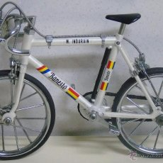 Coleccionismo deportivo: BICICLETA DE CARRETERA. MINIATURA DE COLECCIÓN. MIGUEL INDURAIN. EQUIPO BANESTO. 18 CM. 150 GR . Lote 120589639