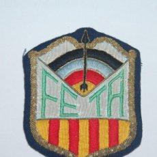 Coleccionismo deportivo: PARCHE DE TELA AÑOS 50-60 DE LA FEDERACIÓN ESPAÑOLA DE TIRO EN ARCO EN CATALUÑA. Lote 79650549