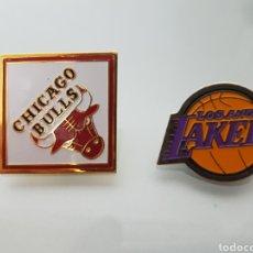 Coleccionismo deportivo: 2 PINS NBA LOS ÁNGELES LAKERS Y CHICAGO BULLS. Lote 95559271