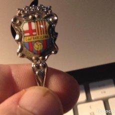 Coleccionismo deportivo: CAJA BLANCA ANTIGUA CUCHARITA DEL FUTBOL CLUB FC BARCELONA F.C BARCA CF . Lote 112032731