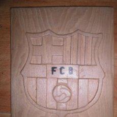 Coleccionismo deportivo: FUTBOL CLUB BARCELONA BARÇA ESCUDO DE MADERA TALLADO EN MADERA ARTESANAL . Lote 113143539
