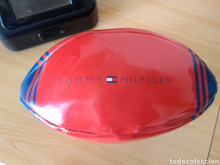 **PEQUEÑO BALÓN DE RUGBY, PUBLICIDAD DE, --- TOMMY HILFIGER --- (28/11 CM)** (Coleccionismo Deportivo - Merchandising y Mascotas - Otros deportes)