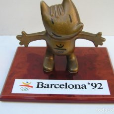 Coleccionismo deportivo: FIGURA DE BRONCE COBI MASCOTA BARCELONA 92. CON BASE DE MADERA. PESO COBY: 2530 GR. DE 14,5 X 16 CM. Lote 152021106