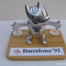 Coleccionismo deportivo: FIGURA DE ALUMINIO COBI MASCOTA BARCELONA 92 CON BASE DE MADERA. PESO COBY: 658 GR. DE 14,5 X 16 CM. Lote 152022546