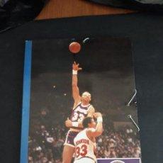 Coleccionismo deportivo: CARPETA FOTOS BALONCESTO NBA AÑOS 80 (REGALO DE LA REVISTA GIGANTES DEL BASKET). Lote 152652086