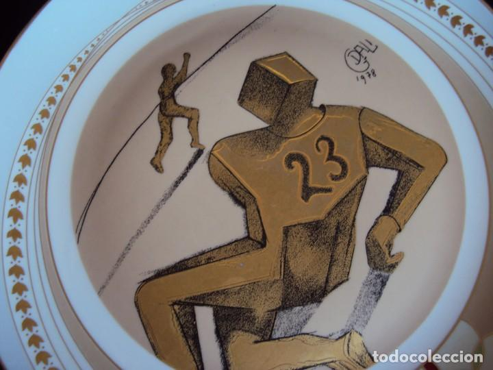 Coleccionismo deportivo: (F-190368)Plato Dali serie deportes Futbol Americano . Porcelana decorado en oro de ley . - Foto 2 - 156519366