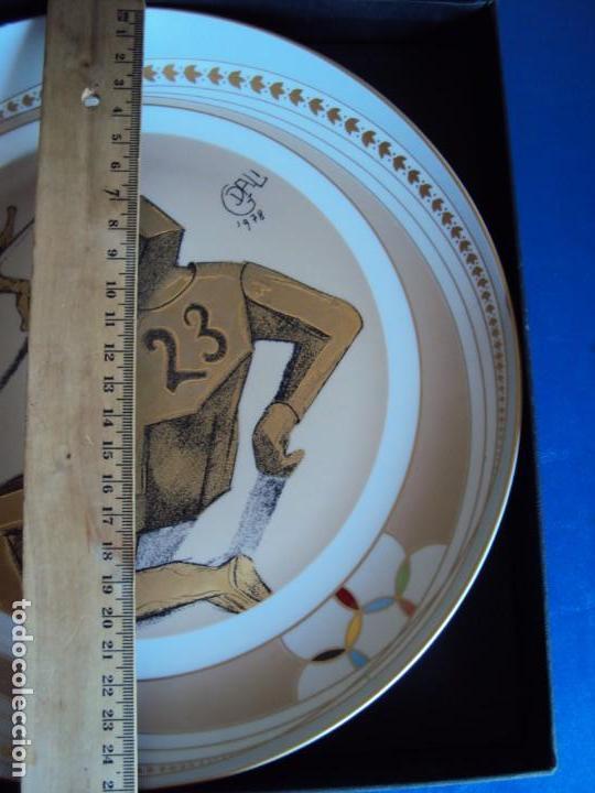 Coleccionismo deportivo: (F-190368)Plato Dali serie deportes Futbol Americano . Porcelana decorado en oro de ley . - Foto 3 - 156519366