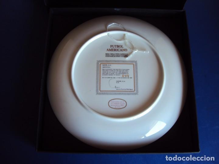 Coleccionismo deportivo: (F-190368)Plato Dali serie deportes Futbol Americano . Porcelana decorado en oro de ley . - Foto 4 - 156519366