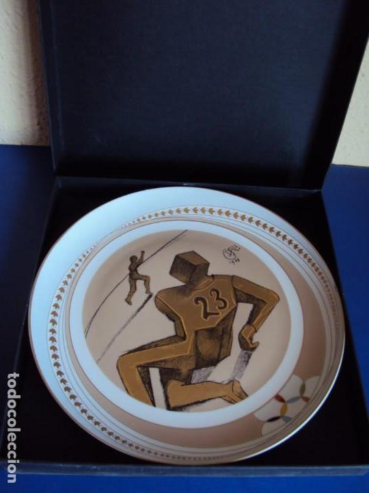 (F-190368)PLATO DALI SERIE DEPORTES FUTBOL AMERICANO . PORCELANA DECORADO EN ORO DE LEY . (Coleccionismo Deportivo - Merchandising y Mascotas - Otros deportes)