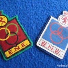 Coleccionismo deportivo: LOTE 2 ESCUDOS ESCUELA NACIONAL ENTRENADORES. REAL FEDERACIÓN ESPAÑOLA DE ATLETISMO. VINTAGE. Lote 164862898