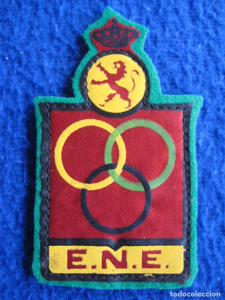 Coleccionismo deportivo: Lote 2 escudos Escuela Nacional Entrenadores. Real Federación Española de Atletismo. Vintage - Foto 2 - 164862898