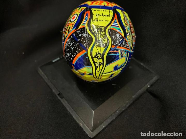 Coleccionismo deportivo: Casco en miniatura de VALENTINO ROSSI 2009 - impecable - Foto 3 - 166240898