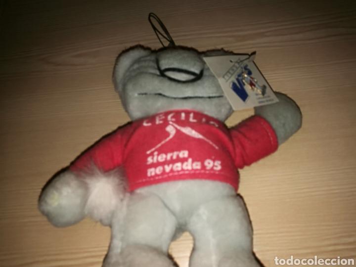 Coleccionismo deportivo: Muñeco de peluche y pin original de los Mundiales de esquí de Sierra Nevada. 1995. Muy raro - Foto 2 - 169682246
