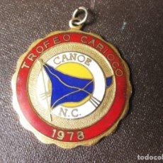 Coleccionismo deportivo: LLAVERO O COLGANTE ESMALTADO DEL TROFEO CARIOCO DE 1978 - CANOE N.C. - CLUB DE NATACIÓN. Lote 170236384