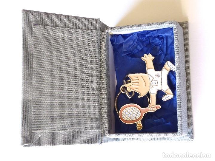 Coleccionismo deportivo: LLAVERO COBI TENIS MASCULINO. COLOREADO. PRODUCTO OFICIAL BARCELONA´92. EN CAJA FORRADA TELA. - Foto 2 - 173988678
