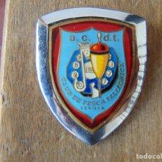 Coleccionismo deportivo: PLACA ESMALTADA PARA COCHE O SIMILAR AC DT CLUB DE PESCA TELEFONICA SEVILLA MADE IN SPAIN. Lote 178606683