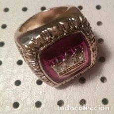 Coleccionismo deportivo: BONITO ANILLO CONMEMORATIVO DEL EXITOSO BOXEADOR MUHAMED ALI EN COLOR DORADO Y ROJO.. Lote 191306140