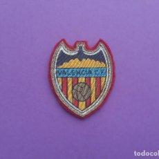 Coleccionismo deportivo: ANTIGUO ESCUDO DE TELA DE VALENCIA CLUB DE FUTBOL. Lote 193833990