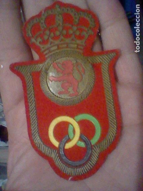 PARCHE AROS OLIMPICOS CORONA SOBRE LEON CAUCHO Y TELA 9,5 CMS ALTO (Coleccionismo Deportivo - Merchandising y Mascotas - Otros deportes)