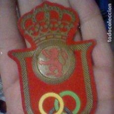 Coleccionismo deportivo: PARCHE AROS OLIMPICOS CORONA SOBRE LEON CAUCHO Y TELA 9,5 CMS ALTO . Lote 195407731
