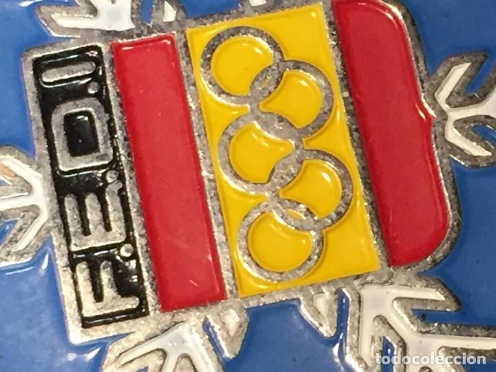 Coleccionismo deportivo: LLAVERO ESMALTADO FEDERACION ESPAÑOLA DEPORTES INVIERNO FEDI OLIMPIADAS ESQUI 30MM - Foto 2 - 206989975