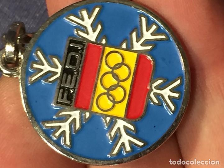 Coleccionismo deportivo: LLAVERO ESMALTADO FEDERACION ESPAÑOLA DEPORTES INVIERNO FEDI OLIMPIADAS ESQUI 30MM - Foto 3 - 206989975
