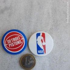 Coleccionismo deportivo: 2 CHAPAS NBA Y DETROIT PISTONS. Lote 207140626