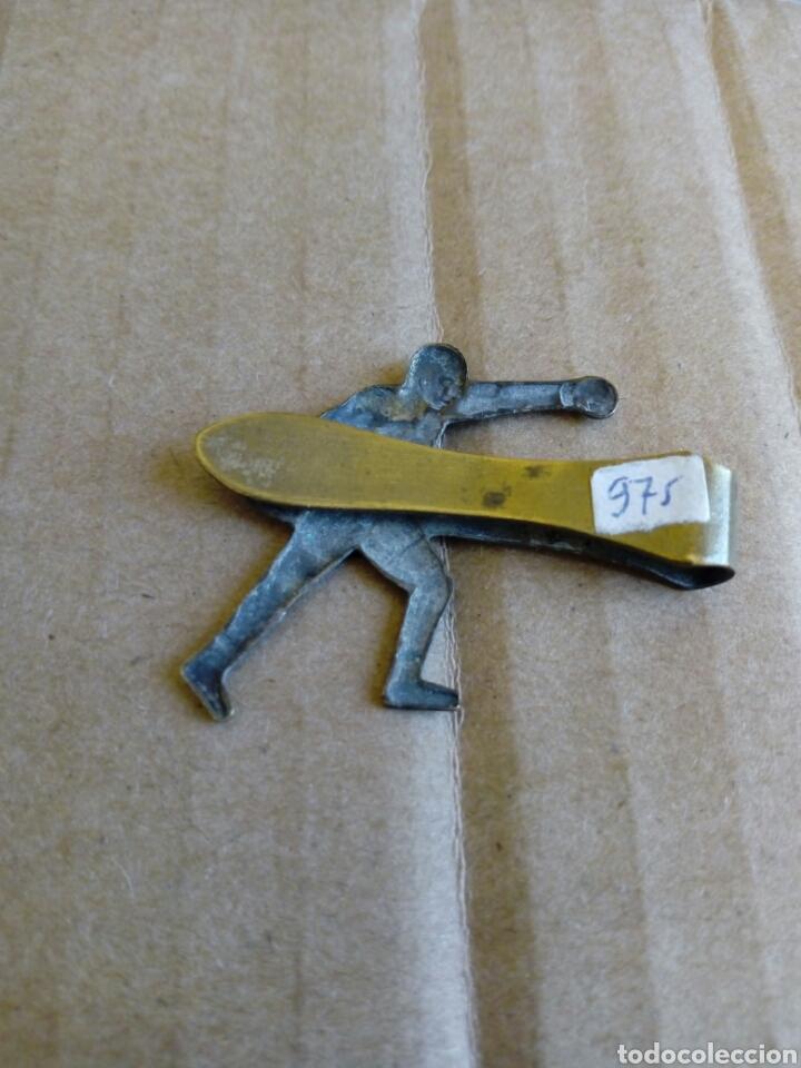 Coleccionismo deportivo: Clip pisa corbatas del tema boxeo boxa boxrador de laton años 60 - Foto 3 - 213246038