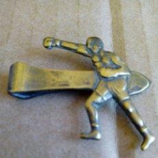 Coleccionismo deportivo: CLIP PISA CORBATAS DEL TEMA BOXEO BOXA BOXRADOR DE LATON AÑOS 60. Lote 213246038