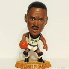 Coleccionismo deportivo: FIGURA DE PVC DE ROBINSON CON LOS BUCKS CON EL 13, NBA 085 BALONCESTO. Lote 213992090