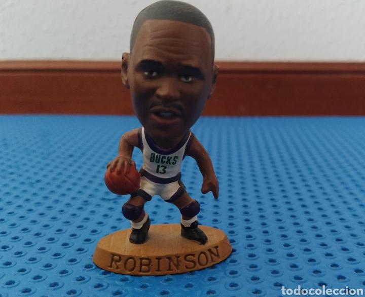 Coleccionismo deportivo: FIGURA DE PVC DE ROBINSON CON LOS BUCKS CON EL 13, NBA 085 BALONCESTO - Foto 3 - 213992090