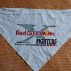 Coleccionismo deportivo: PAÑUELO PUBLICIDAD RED BULL FIGHTERS MOTOCROSS FREESTYLE INTERNACIONAL 2002 (70X52X52). Lote 218195753