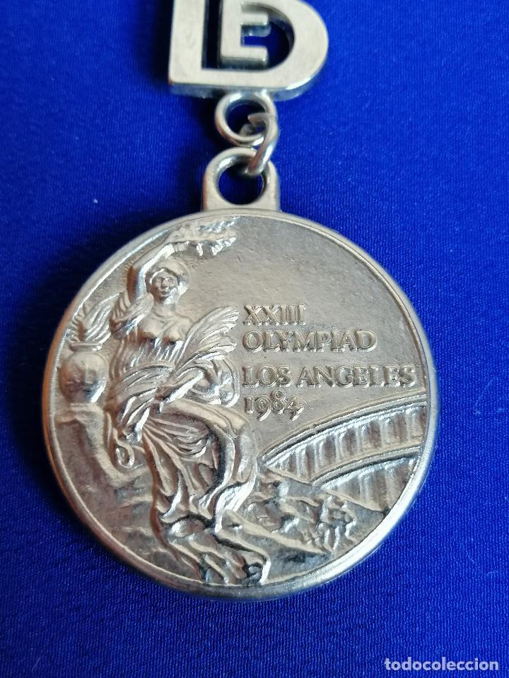 Coleccionismo deportivo: LLAVERO XIII OLIMPIADAS LOS ANGELES 1984 MEDALLA DE PLATA EQUIPO OLÍMPICO ESPAÑOL BALONCESTO - Foto 2 - 220798275