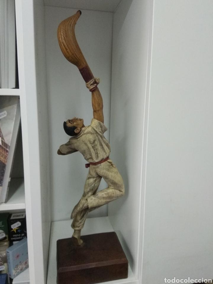 Coleccionismo deportivo: ANTIGUA ESCULTURA PELOTARI TALLADA Y POLICROMADA JAI ALAI PELOTA VASCA ALBERDI - Foto 3 - 221768335