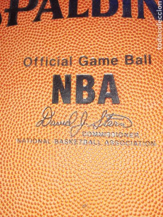 Coleccionismo deportivo: CARPETA SPALDING DE LA NBA... Firmada DAVID JOEL STERN.. COMISIONADO NBA. 1984/2012.. Y por un jugad - Foto 2 - 228822215