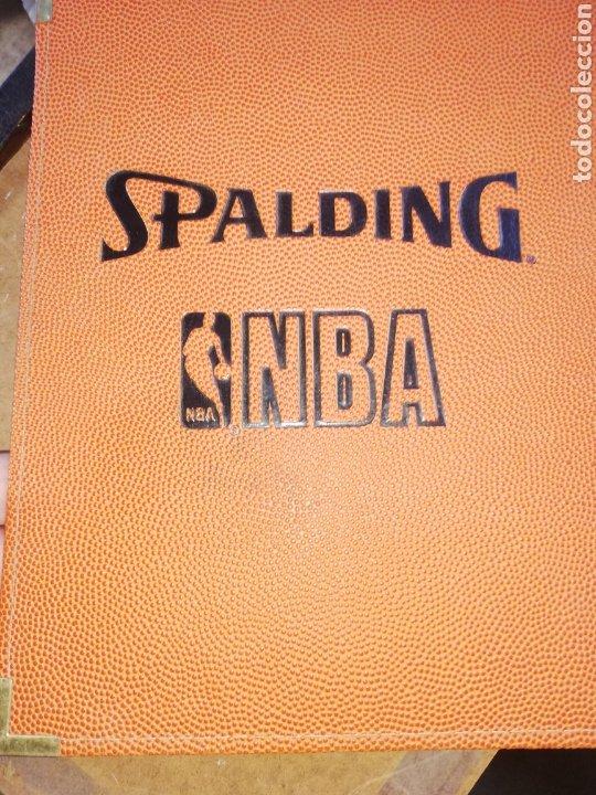 Coleccionismo deportivo: CARPETA SPALDING DE LA NBA... Firmada DAVID JOEL STERN.. COMISIONADO NBA. 1984/2012.. Y por un jugad - Foto 6 - 228822215