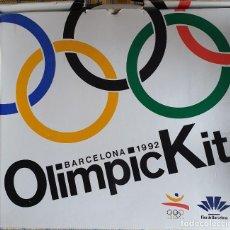 Coleccionismo deportivo: OLIMPIC KIT BARCELONA 1992. CAJA CON OBJETOS Y LIBROS ENTREGADA CEREMONIA INAUGURACIÓN (INCOMPLETA). Lote 231062205