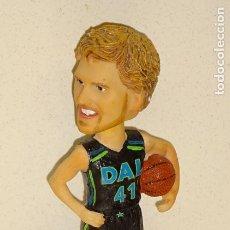 Coleccionismo deportivo: FIGURA DE JUGADOR DE BASKET BALONCESTO NBA. DIRK NOWITZKI. DALLAS MAVERICKS ALEMANIA. 18CM. 230GR. Lote 249051445