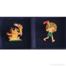 Coleccionismo deportivo: 2 PIN DE COBI Y PETRA CON LA ANTORCHA OLIMPIADAS BARCELONA 92 (OLYMPIC GAMES). Lote 277540808