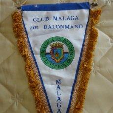 Coleccionismo deportivo: BANDERÍN DE DEPORTES. BALONMANO. CLUB BM MÁLAGA PULEVA. 42CM. Lote 288635543