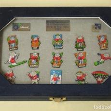 Coleccionismo deportivo: SET DE 16 PINS CAMPEONATOS DEL MUNDO DE ESQUÍ ALPINO SIERRA NEVADA GRANADA 1995. CECILIO. 430GR. Lote 294089458