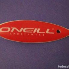 Coleccionismo deportivo: COLGANTE DE FORMA DE TABLA DE SURF. PLASTICO. MARCA O'NEILL. 6 CM.. Lote 295862433