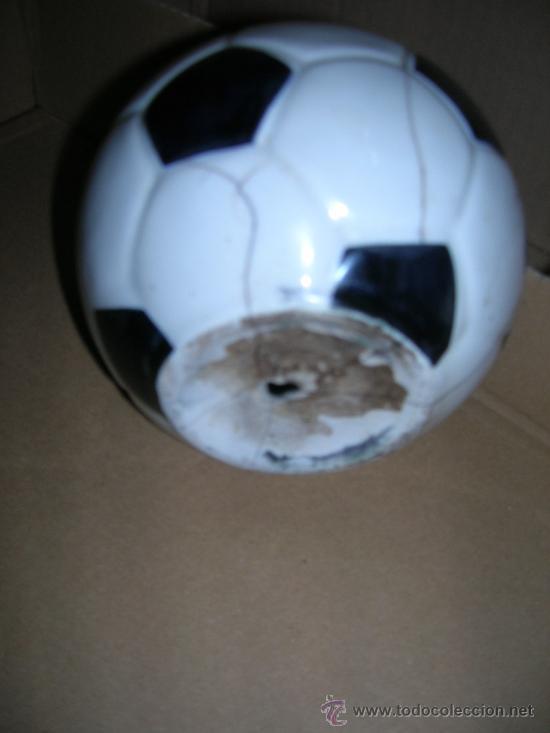 Coleccionismo deportivo: Hucha en forma de balon: Aqui vive uno de Madrid. - Mide 12 cm. de diametro, es de ceramica... - Foto 2 - 26924035
