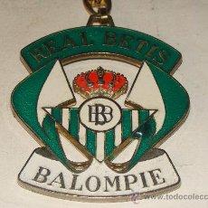 Coleccionismo deportivo: LLAVERO GIGANTE. ESCUDO DEL REAL BETIS BALOMPIÉ CLUB FÚTBOL. DEPORTES. . Lote 26419906