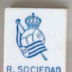 Coleccionismo deportivo: CAJAS DE CERILLAS ESCUDOS DE FUTBOL AÑOS 60 - REAL SOCIEDAD. Lote 27277857