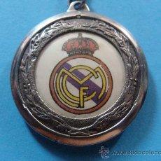Coleccionismo deportivo: LLAVERO DE FÚTBOL. REAL MADRID CF. AÑOS 80. ESCUDO REDONDO. CLUB ESCUDO EQUIPO. . Lote 28263312