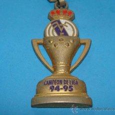 Coleccionismo deportivo: LLAVERO DE FÚTBOL. REAL MADRID CF. CAMPEÓN DE LA LIGA 1994 1995. 94 95. COPA METAL. . Lote 28263473