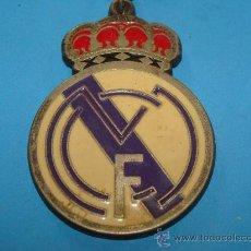 Coleccionismo deportivo: LLAVERO DE FÚTBOL. REAL MADRID CF. ESCUDO DEL EQUIPO. METAL. . Lote 28263506